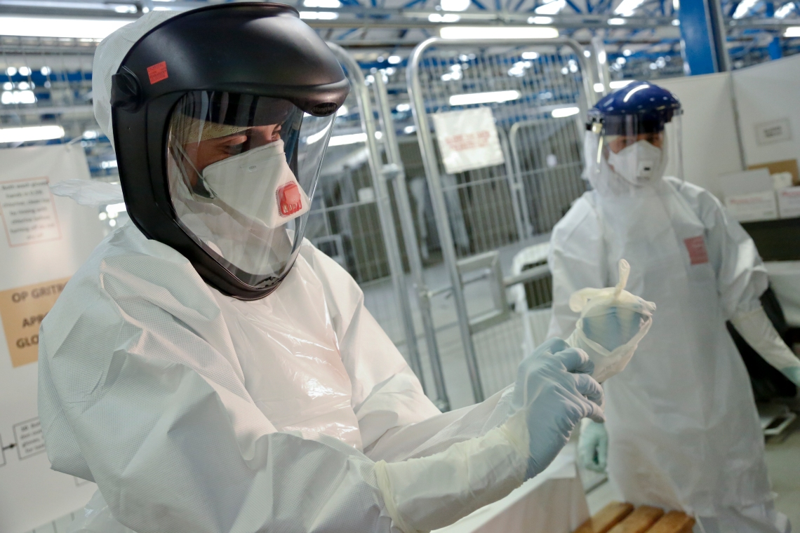 Army_trainers_teach_NHS_medics_how_to_put_on_Ebola_safety_suits_(15650293350).jpg